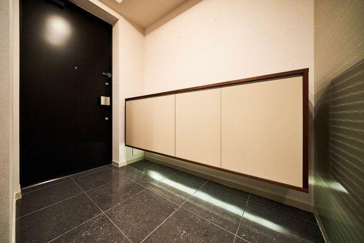 玄関 Front Door  たっぷり入る靴専用の吊戸棚だけでなく、シューズインクローゼットも造作。スーツケースやスポーツ用品もしっかり収納できます。