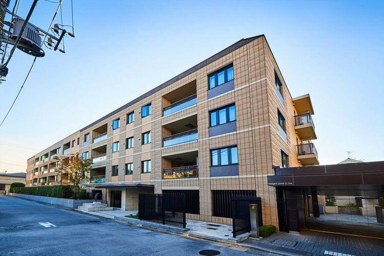 外観写真 Facad 2015年竣工の築浅低層レジデンス。閑静な住宅街に佇み、三井不動産の中でも設備のグレード高いパークコートシリーズ。
