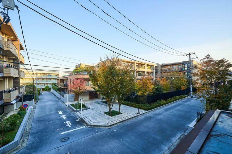 眺望 view パークコートの別棟を望む内向き住戸です。低層の住宅が広がり、緑も多く、落ち着きのある眺望です。