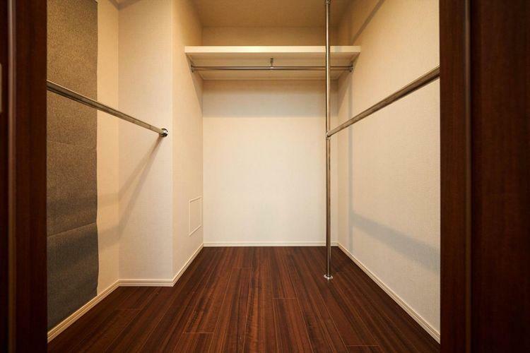 収納 Closet Master Bed Roomにある1.9帖のウォークインクローゼット。Master Bed Roomには通常のクローゼットもございますので、たくさんのお洋服が収納できます。