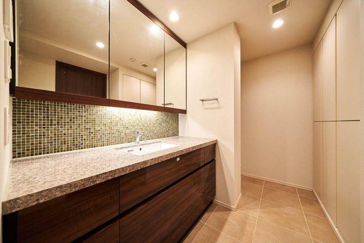 洗面化粧台 Powder Room 洗面台は大理石張りの高級感溢れる造りになっております。リネンスペースも充実しております。