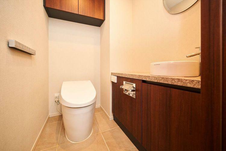 トイレ Rest Room タンクレスでスマートなトイレ。トイレのカウンターにも大理石を利用し、グレードの高さを感じていただけます。