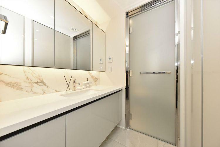 洗面化粧台 Powder Room  ワイドな鏡を備え、ホワイトに統一された清潔感のある洗面化粧台です。背部の収納スペースも豊富です。