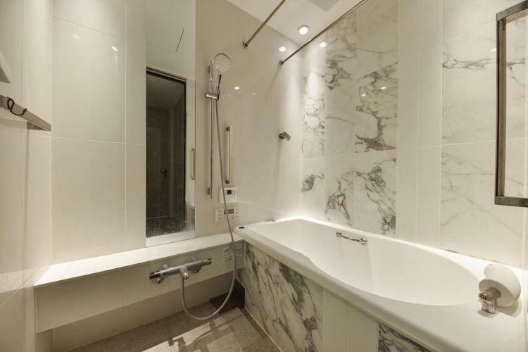 浴室 Bath Room  バスルームも気品を備えております。ドイツの住宅設備メーカ「hansgrohe」社製の水栓と北青山の高級浴槽メーカー「JAXSON」社製のバスタブです。