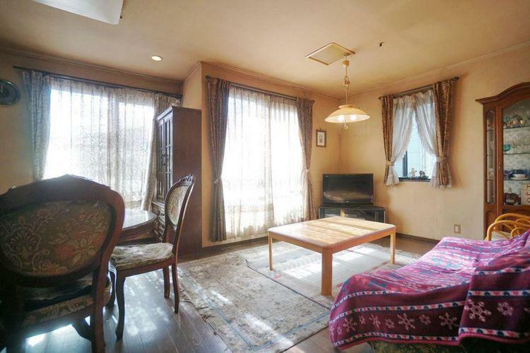 居間・リビング 物件のLDKには家具をレイアウトしてしました。家具が置いてあると生活のイメージがしやすいですよね。