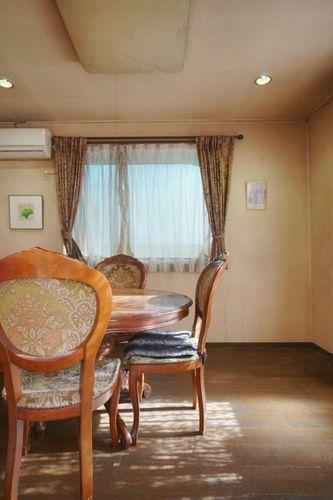 居間・リビング 光が差し込む明るいダイニングスペース。自然光の明るさでお料理がいつも以上に美味しく見えるかも?