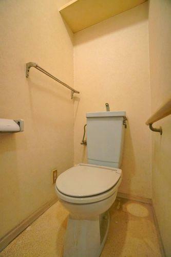 トイレ 清潔感があり、お掃除がしやすいトイレです。必要最低限の収納スペースも付いています。