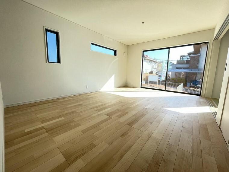 居間・リビング 大きな窓からたっぷりと陽光が注がれる明るい空間。時を忘れて過ごす場所として過ごせるお部屋。