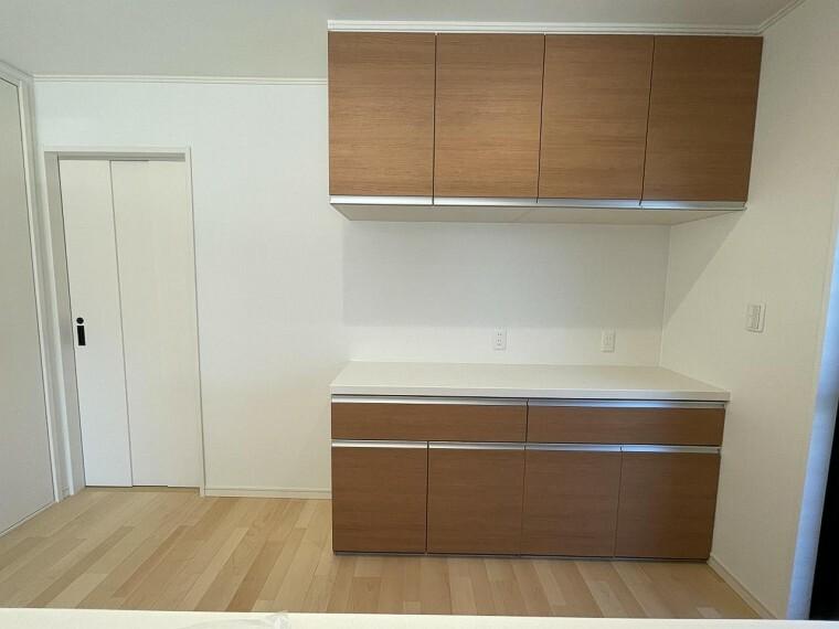 ・電気調理器具を使うのに便利なキッチン背面コンセント