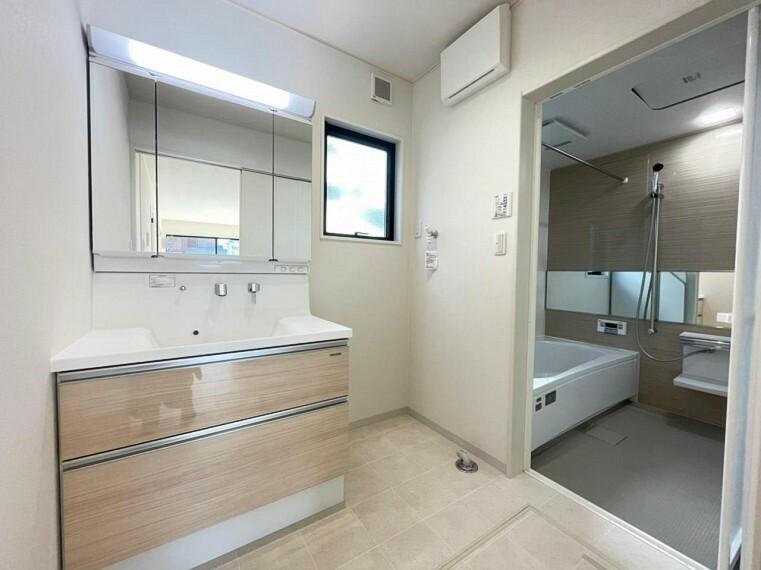 洗面化粧台 (洗面)背面まで一体成型型のカウンタートップ!水栓周りに水がたまらず、衛生的でお手入れも簡単!