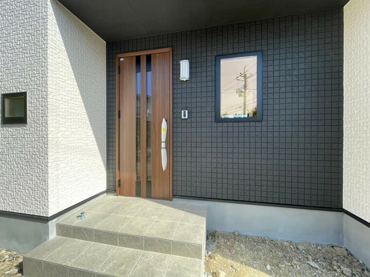 玄関 (玄関)雨でも滑りにくく安心感のある床タイルを採用。