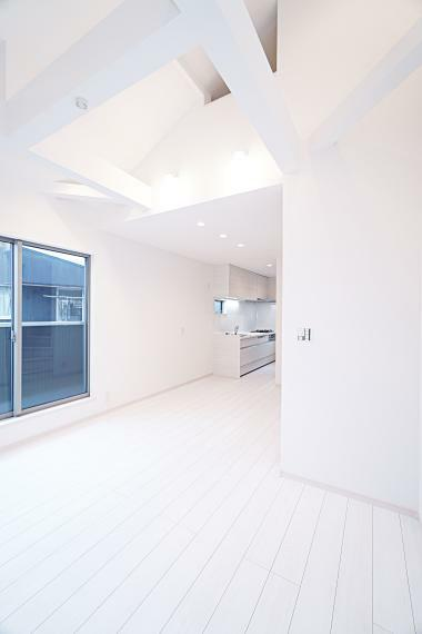 居間・リビング バルコニーに面したLDKには床暖房を設置しており、居心地の良さを追求した空間になっております。