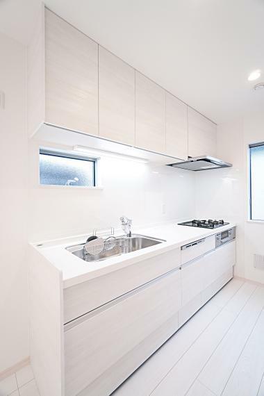 キッチン 使い勝手の良いシステムキッチンを採用。広々スペースが確保されており、お休みの日はお子様と、ご夫婦で一緒にお料理を楽しむことも可能です。