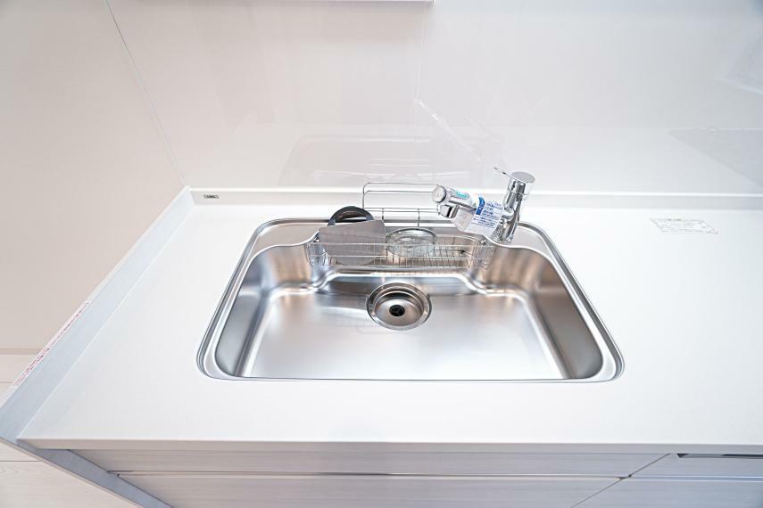 キッチン 底面の傾きが左右両端に行くほど大きくなる新形状のものを設置。段差へ向かってスムーズに流れるため、シンク内のどこからでも効率よく排水することが可能です。