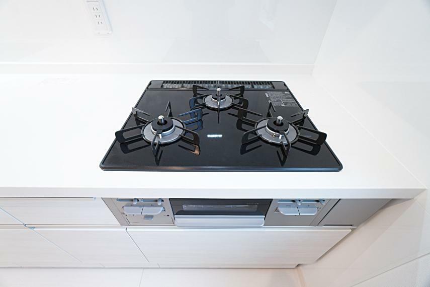 キッチン 3口コンロ・グリル付きで毎日のお料理を効率よく行うことが可能です。