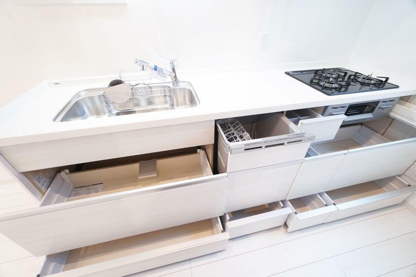 キッチン 収納力のあるシステムキッチンを設置。使用頻度や場所に応じてスッキリと大容量の収納が可能です。