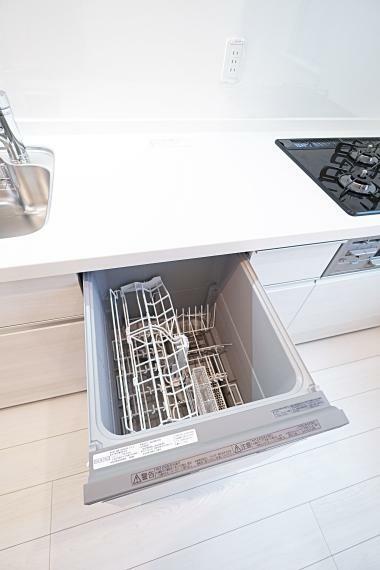 キッチン 食洗器を設置。約44点(6人分)の食器を収納することができるものを採用しており、大容量の収納が可能です。毎日の食事の後片付けを楽にしてくれます。