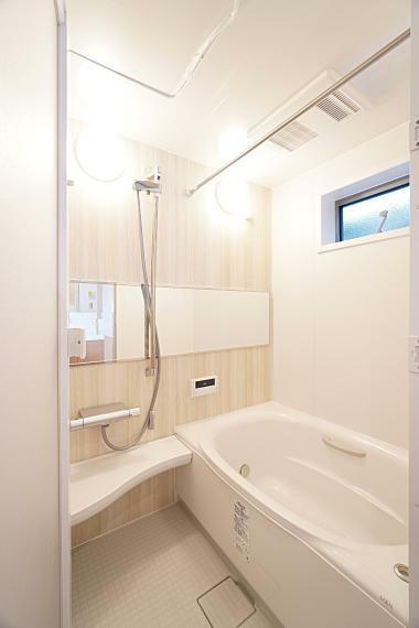 浴室 毎日の疲れを心身共に癒してくれる浴室は木目調の美しいラグジュアリーな空間を演出しております。