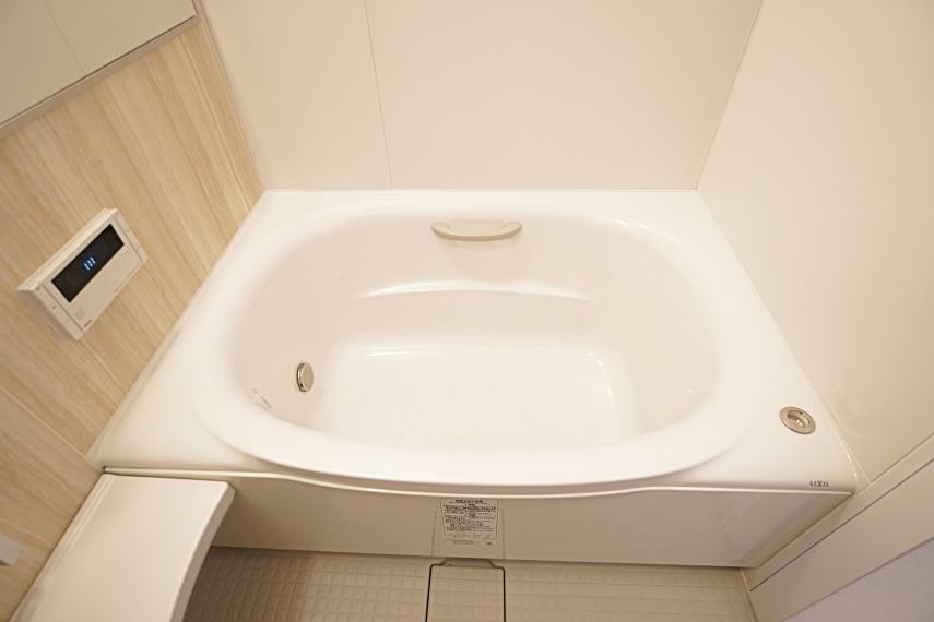 浴室 曲線の美しいミナモ浴槽を採用。お子様やご高齢の方も安心して入浴ができるよう、手すり付きのものを設置いたしました。