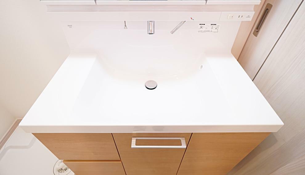 洗面化粧台 洗面ボウルとハイバック部分につなぎ目がなく、お手入れの楽なものを採用いたしました。