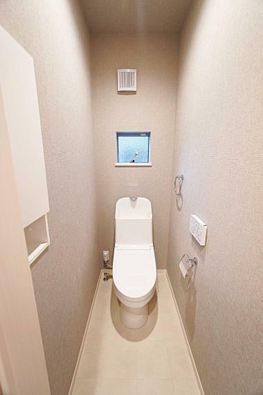 トイレ 手洗い鉢が手を洗う時のことを考えた深さのあるものを採用。タンク部分もスリムでスタイリッシュなものを設置いたしました。