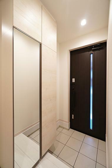 玄関 広々とした玄関は玄関ドアからも採光が得られ、明るい空間を演出してくれます。 姿鏡はお出かけ前の身だしなみチェックをするのに嬉しい設備です。