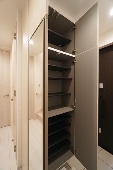 玄関 シューズボックスは可動式棚で靴の種類や使用頻度に合った収納をすることが可能です。家族分の靴をたっぷり、スッキリ収納することができ、玄関周りをスッキリと見せてくれます。