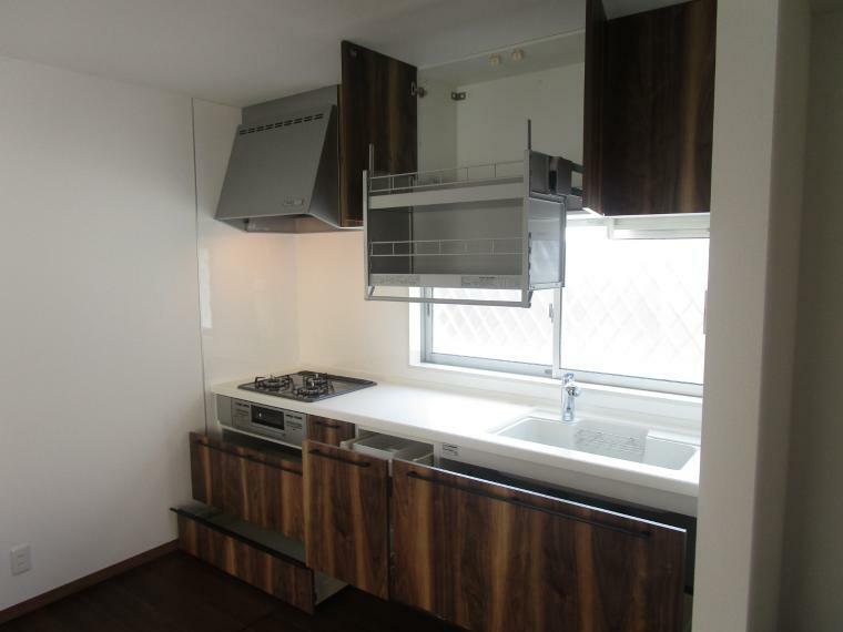 キッチン システムキッチン、吊戸棚もついて収納豊富です