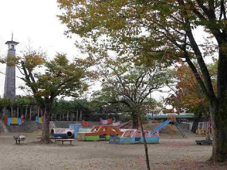 有楽公園・・・周辺に多くの公共施設を有し、公園内にも遊具が多いため、今も昔もたくさんの人でいつも賑わっています。園内には、緑化センターがあり、花と緑の展示・販売を行っています。5月と10月には、緑化フェアーを開催され市民の憩いの公園です。