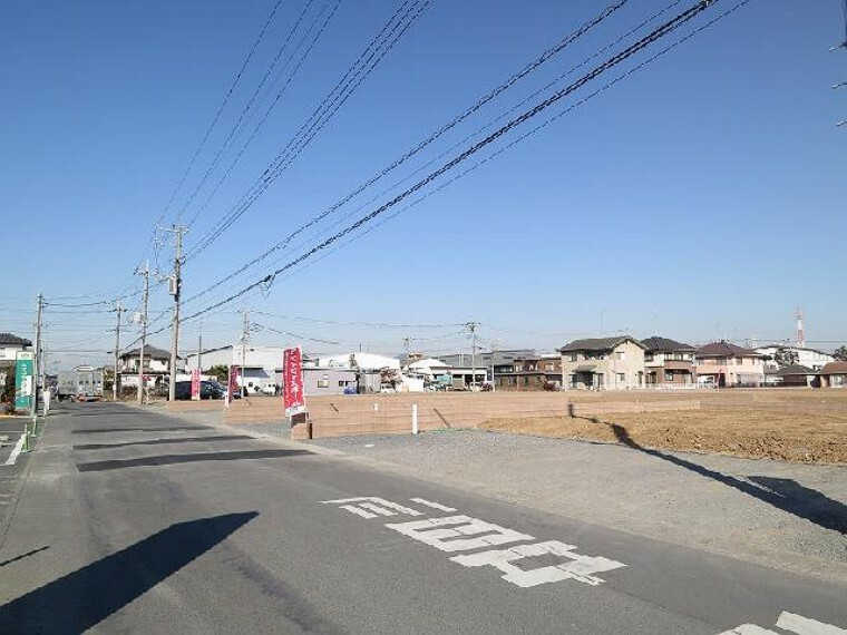現況写真 前面道路・・・南側には6mの前面道路があり、その南側も駐車場となっている為、日当たりもプライバシーも確保し易くなっています。