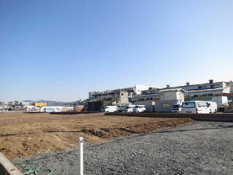 現況写真 南側駐車スペース予定地・・・通りの少ない南側道路からは並列で4台以上駐車が可能。