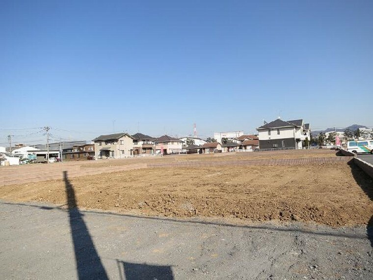現況写真 道路からの視線・・・南側の道路からも建物までの距離が取りやすいため、日当たりとプライバシーの両方を確保し易い敷地。