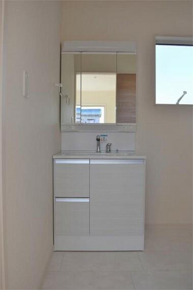 洗面化粧台 収納力と機能性に優れたお手入れラクラク三面鏡洗面化粧台。朝の身支度もスムーズです!