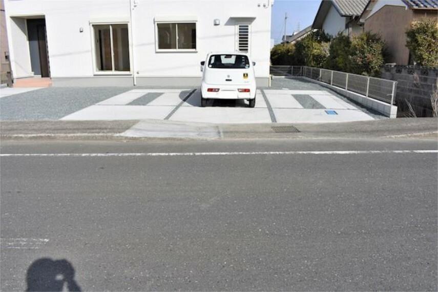 駐車場 並列4台駐車可能なゆとりあるカースペース。目の前が駐車場だと雨の日も大量にお買い物をした時も便利