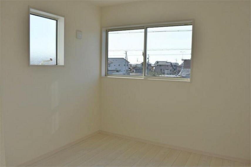 二面採光のお部屋は明るく風通し良好!全居室ペアガラスで断熱性・遮熱性があり結露が激減!