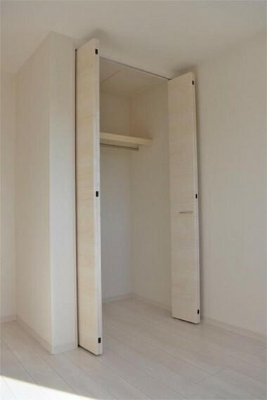 収納 壁面クローゼットがあればタンスを置く必要がなく、出っ張りのないスッキリ空間を維持できます。