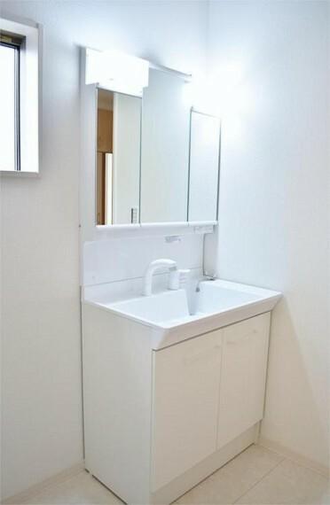 洗面化粧台 収納付三面鏡で鏡で収納部分が隠せてスッキリした洗面台に!!【写真は同仕様】