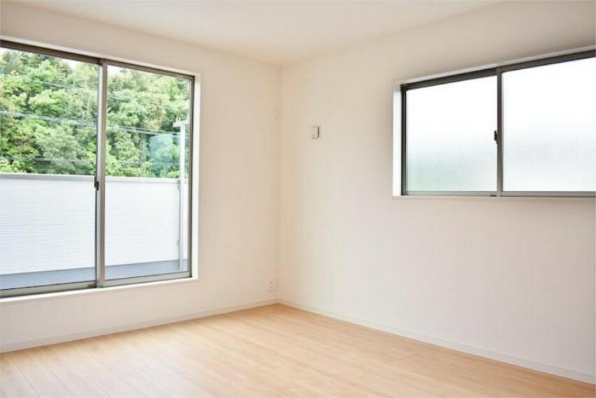 専用部・室内写真 2面遮光で明るい洋室8.2帖【写真は同仕様】