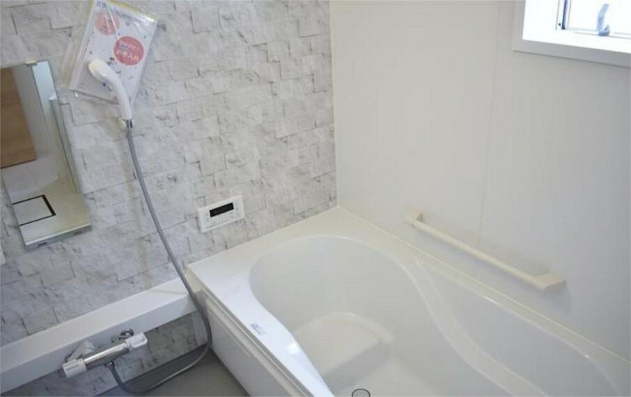 浴室 半身浴もゆっくり楽しめる広々浴室は浴室乾燥機付きで雨の日のお洗濯にも大活躍【写真は同仕様】