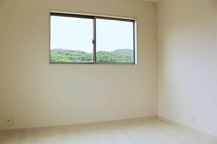 専用部・室内写真 二面採光のお部屋は明るく風通し良好!全居室ペアガラスで断熱性・遮熱性があり結露が激減【写真は同仕様】