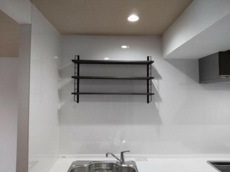 キッチン 【リフォーム後キッチン棚】キッチンの上に棚が付いているので収納スペースが増えて、お子様の手も届かないので安全ですね。