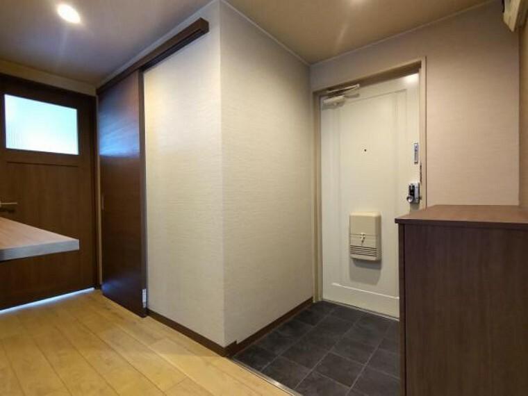 玄関 【リフォーム後玄関】下駄箱交換、床貼替、照明交換を行いました。