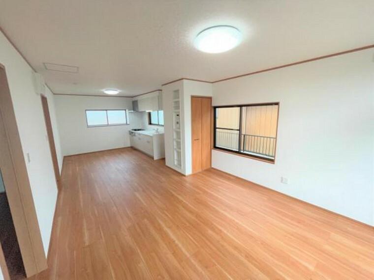 居間・リビング 【リフォーム済】LDKです。壁を利用してウォールニッチと収納も作成しました。床のフロアは張替済み、引き戸も新品に交換しました。クロスの張替工事も行いました。