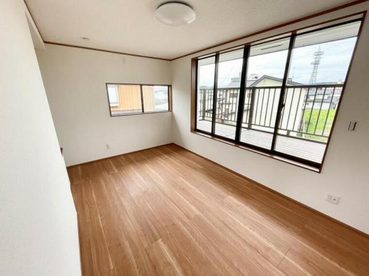 【リフォーム中】2階7.5帖和室です。洋室に作り替えました。床のフロアは張替済みです。クロスの張替も完了しました。南側に大きな窓があるため明るい日差しが差し込みます。