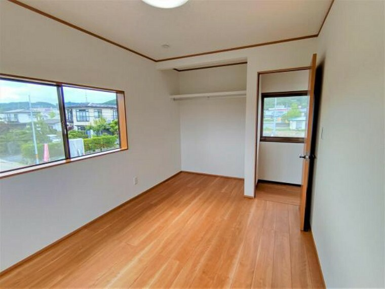 【リフォーム済】2階6帖洋室は洋室に間取り変更しました。床はフローリング、天井と壁はクロス張りしました。オープン収納付きです。見せる収納としても利用できそうですね。