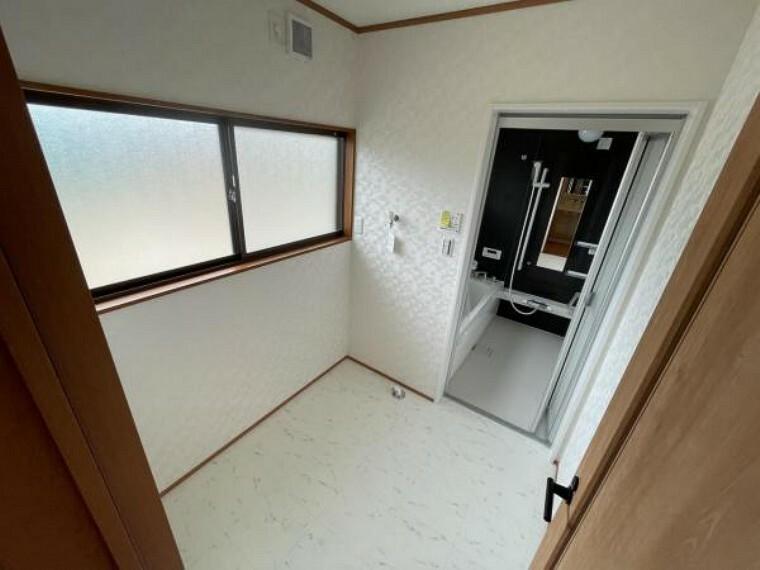 洗面化粧台 【リフォーム済】脱衣室です。壁と天井のクロス張替、床のクッションフロア張替が完了しました。独立した脱衣スペースでプライベートが守られますね。