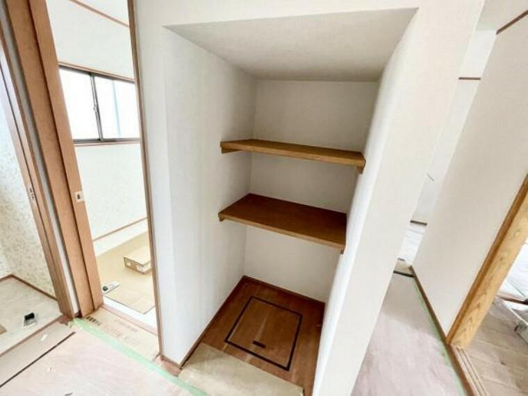 【リフォーム済】洗面前の収納です。オープン収納なので大容量です。洗剤やトイレットペーパーのストックもしまっておけます。