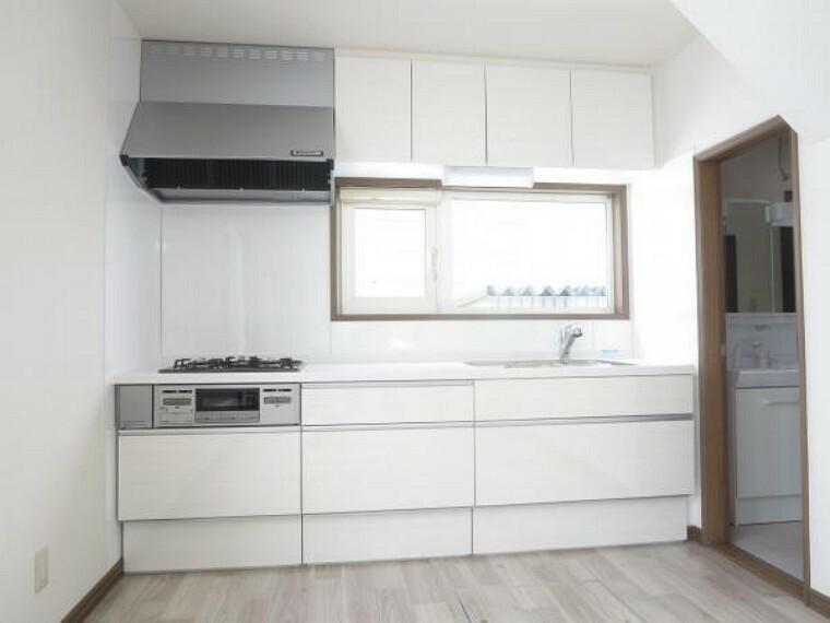 キッチン 【システムキッチン】キッチンは永大産業製の新品に交換しました。天板は人工大理石製なので、熱に強く傷つきにくいため毎日のお手入れが簡単です。