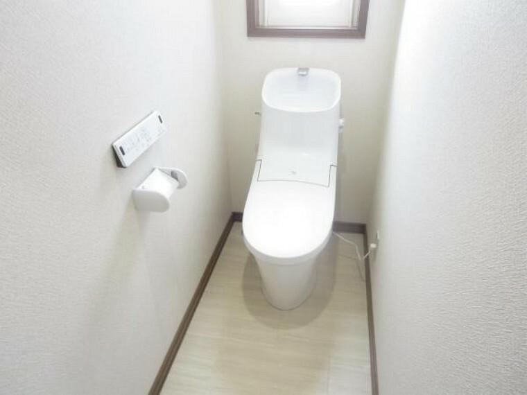 トイレ 【トイレ】トイレはLIXIL製の温水洗浄機能付きに新品交換しました。キズや汚れが付きにくい加工が施してあるのでお手入れが簡単です。直接肌に触れるトイレは新品が嬉しいですよね。