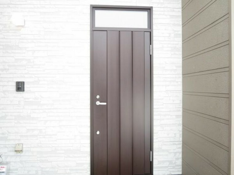 玄関 【玄関ドア】新品の断熱玄関ドアに交換しました。玄関は住宅の顔ですので、新品の玄関ドアを入れてオシャレに仕上げました。是非現地に来て確認をして下さい。